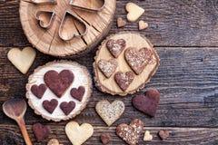 Biscuits en forme de coeur délicieux cuits au four avec amour Photos stock