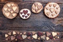 Biscuits en forme de coeur délicieux cuits au four avec amour Photographie stock
