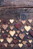 Biscuits en forme de coeur délicieux cuits au four avec amour Image libre de droits