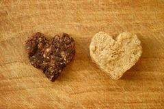 Biscuits en forme de coeur d'amoureux d'Ethnicouple Photos libres de droits