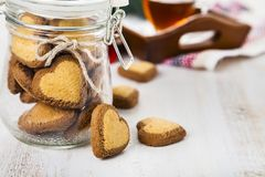 Biscuits en forme de coeur dans un pot en verre Images stock