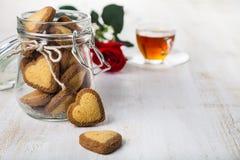 Biscuits en forme de coeur dans un pot en verre Image libre de droits