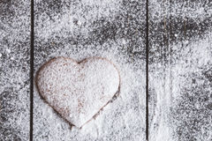 Biscuits en forme de coeur de valentine de gingembre avec du sucre en poudre Images libres de droits