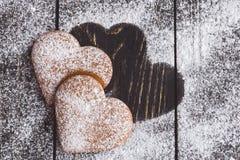 Biscuits en forme de coeur de valentine de gingembre avec du sucre en poudre Photos stock