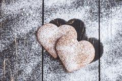 Biscuits en forme de coeur de valentine de gingembre avec du sucre en poudre Image libre de droits