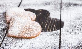Biscuits en forme de coeur de valentine de gingembre avec du sucre en poudre Photos libres de droits