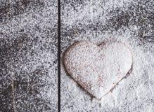 Biscuits en forme de coeur de valentine de gingembre avec du sucre en poudre Photographie stock libre de droits