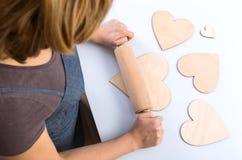 Biscuits en forme de coeur en bois de faux de roulement de femme Images libres de droits