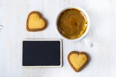 Biscuits en forme de coeur et café Images stock