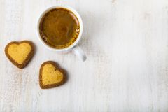 Biscuits en forme de coeur et café Photographie stock libre de droits