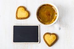 Biscuits en forme de coeur et café Image libre de droits