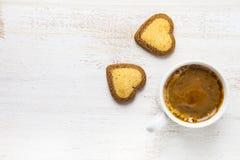 Biscuits en forme de coeur et café Image stock