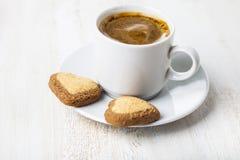Biscuits en forme de coeur et café Photos stock