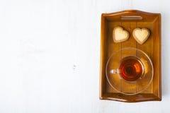 Biscuits en forme de coeur et thé Photo stock