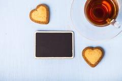 Biscuits en forme de coeur et thé Images libres de droits