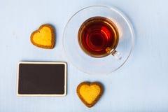 Biscuits en forme de coeur et thé Image libre de droits
