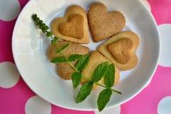 Biscuits en forme de coeur faits maison Photo libre de droits