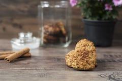 Biscuits en forme de coeur Plan rapproché des biscuits faits maison Dessert sain avec de la cannelle, des dates et des noix Fond  Photo stock