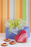 Biscuits en forme de coeur pour la Saint-Valentin et la boîte-cadeau Photographie stock libre de droits
