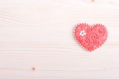 Biscuits en forme de coeur pour la Saint-Valentin sur le conseil Photo stock