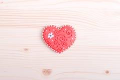 Biscuits en forme de coeur pour la Saint-Valentin sur le conseil Photographie stock