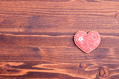 Biscuits en forme de coeur pour la Saint-Valentin sur le conseil Photos stock
