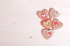 Biscuits en forme de coeur pour la Saint-Valentin sur le conseil Photos libres de droits