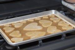 Biscuits en forme de coeur pour la Saint-Valentin sur un four à la maison Photo stock