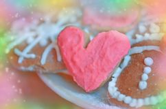 Biscuits en forme de coeur pour le Saint Valentin Concept d'amour dans des couleurs en pastel Image stock