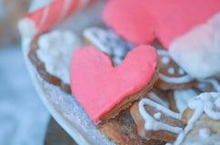 Biscuits en forme de coeur pour le Saint Valentin Concept d'amour dans des couleurs en pastel Photo stock