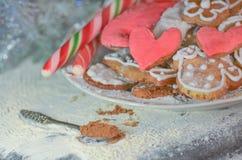 Biscuits en forme de coeur pour le Saint Valentin Concept d'amour dans des couleurs en pastel Photos stock