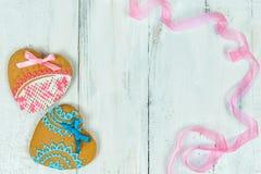 Biscuits en forme de coeur pour le Saint Valentin sur la table en bois Vue supérieure, l'espace de copie Photographie stock libre de droits