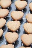 Biscuits en forme de coeur refroidissant sur la grille en métal Photo stock