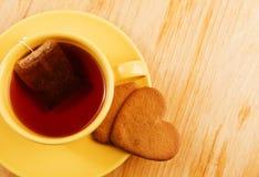 Biscuits en forme de coeur sur la table en bois Images stock