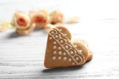 Biscuits en forme de coeur sur le fond blanc Images libres de droits
