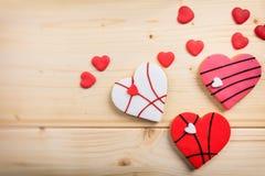 Biscuits en forme de coeur sur le fond en bois Photo stock