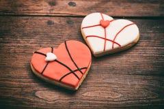 Biscuits en forme de coeur sur le fond en bois Image libre de droits