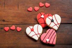 Biscuits en forme de coeur sur le fond en bois Photos stock