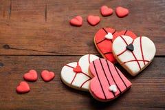 Biscuits en forme de coeur sur le fond en bois Photo libre de droits