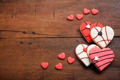 Biscuits en forme de coeur sur le fond en bois Images stock