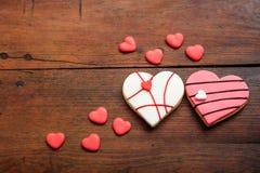 Biscuits en forme de coeur sur le fond en bois Photographie stock