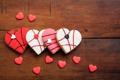 Biscuits en forme de coeur sur le fond en bois Image stock