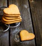 Biscuits en forme de coeur sur le fond en bois rustique Photo stock