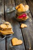 Biscuits en forme de coeur sur le fond en bois rustique Photographie stock