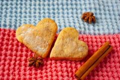 Biscuits en forme de coeur sur le fond lumineux photo stock