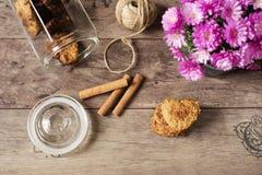 Biscuits en forme de coeur Vue supérieure des biscuits faits maison Dessert sain avec de la cannelle, des dates et des noix Fond  Images stock