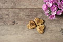Biscuits en forme de coeur Vue supérieure des biscuits faits maison Dessert sain avec de la cannelle, des dates et des noix Fond  Image stock