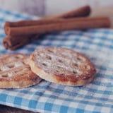 Biscuits et bâtons de cannelle Photographie stock