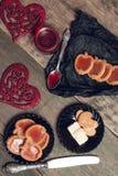 Biscuits et biscuits romantiques de petit déjeuner avec de la confiture de framboises dans la cuillère près des coeurs rouges sur Photos libres de droits