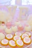 Biscuits et biscuits roses de fantaisie délicieux Photo stock